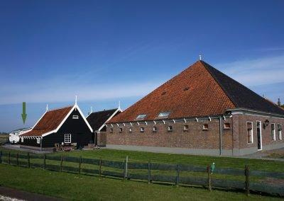 Situatie foto van de boerderij, de schuren en het natuurhuisje