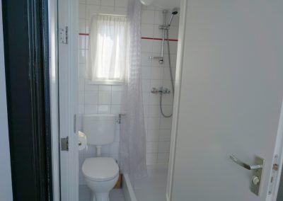 De badkamer met douche en wc in gastenverblijf Welcome