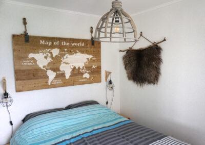 Slaapkamer in het natuurhuisje in Jisp